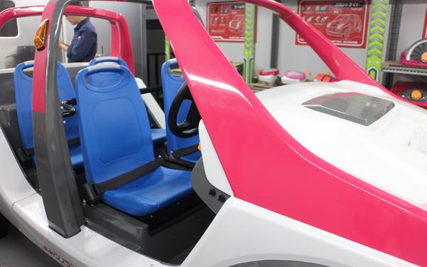 CAR factory内のアトラクション「カスタムガレージ」では、車に好きなパーツを取り付けて、走行から船積みまでできる! パーツの取り付け時間は90秒と意外とシビア。