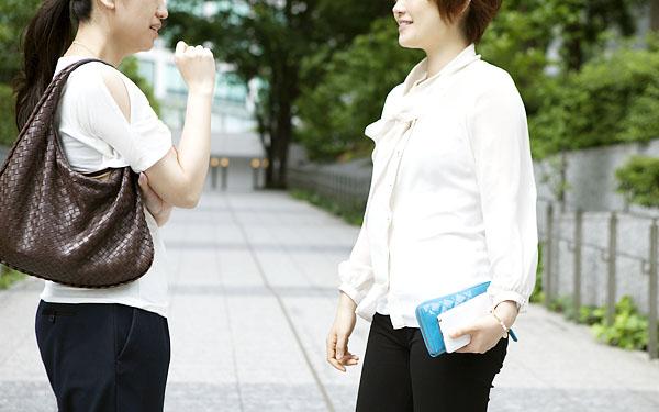路上で会話する女性