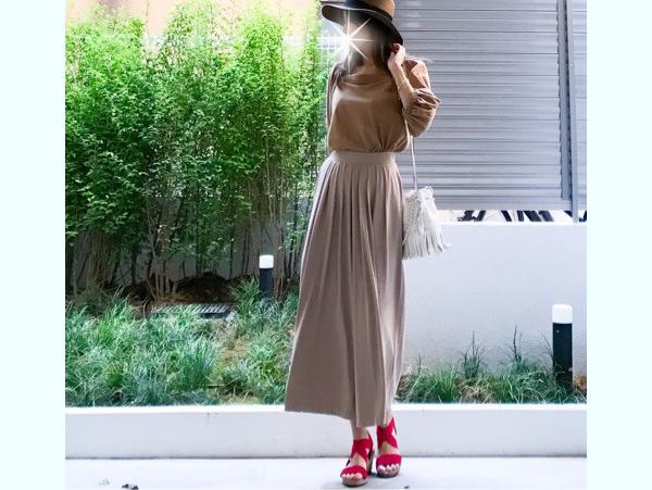 「お買い物なのでたくさん歩いても疲れない。普段着より少し華やかさを意識してコーデしました」/身長161cm、2wayオフショルダーT:ユニクロ(Mサイズ・34BROWN)、タックフレアスカンツ:ユニクロ(XSサイズ・32BEIGE)、バッグ: J&M、靴:SESTO