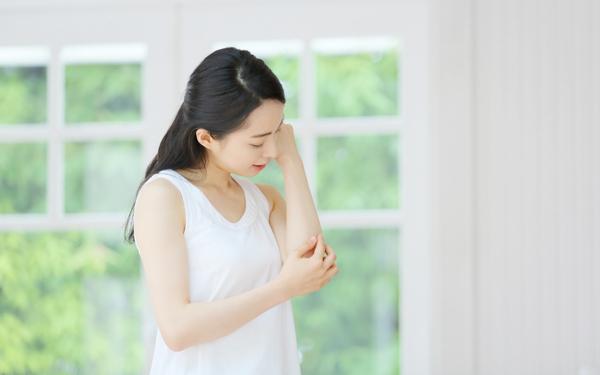 半袖の季節、意外と見られているひじの黒ずみ&シワ問題