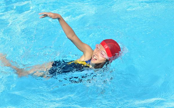 学校のプールで相次ぐ事故 親の●●%が水泳授業での飛び込み禁止に賛成?