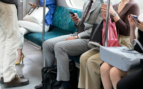 みっともない、だらしない、見たくない!   電車内での化粧はマナー違反が65.3%