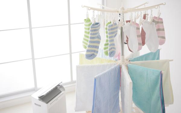 部屋干し派が半数以上。梅雨どきのいやな生乾きの洗濯物のにおい、どうしてる?