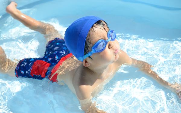 プールでの日焼け止めはアリorナシ。紫外線対策と水質汚染はどっちを優先すべき?