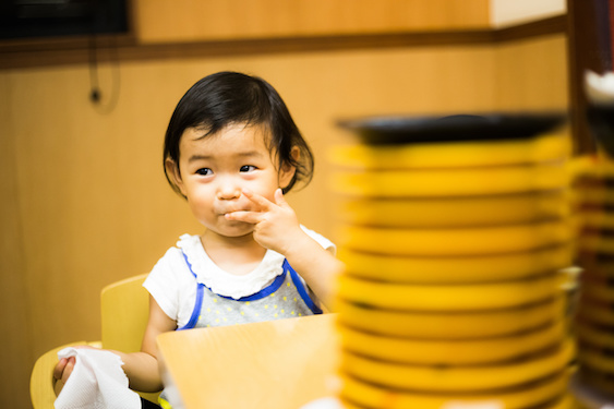 1歳のわが子の成長をほかの子と比べて、つい発育の違いが不安になってしまうママへ【教えて! てぃ先生保育園 第1回】