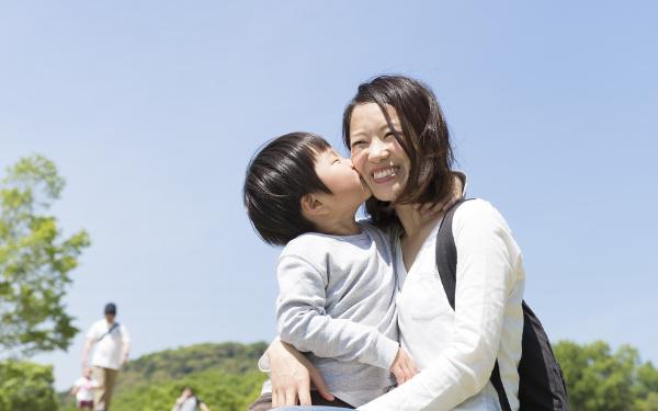 ヒトの親は「子育てするようにできていない」? ママの青春「ジャニーズ返り」が子育てにも有効