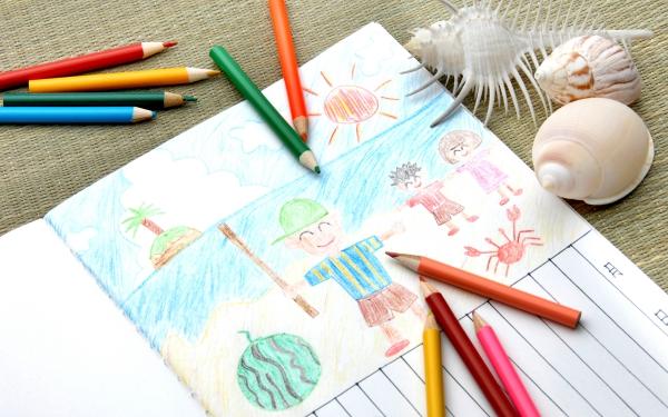 子どもの絵や作品は写真に撮ってデータ保存。思い出も省スペース化!