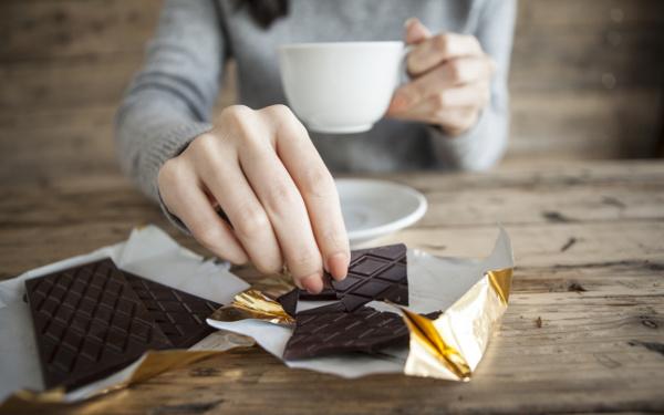 アルコール、コーヒー、チョコレート…「これがないと不安…」依存しやすい心の隙間、タイミングは?