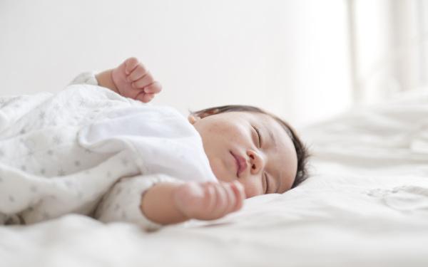 """夜泣きがおさまり朝までぐっすり? 生後10カ月で変わった「息子の眠り」【ママがラクになる""""赤ちゃんの寝かしつけ"""" 第1回】"""