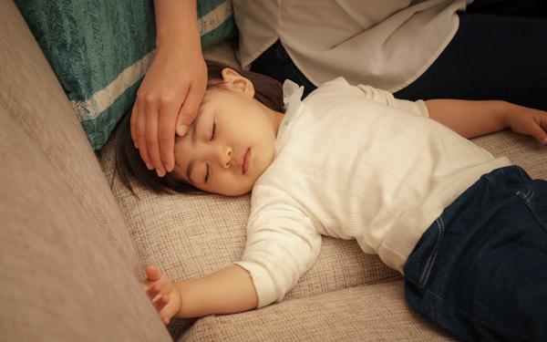 【医師監修】子どもが発熱! 救急受診する目安や判断基準は?<パパ小児科医の子ども健康事典 第3話>