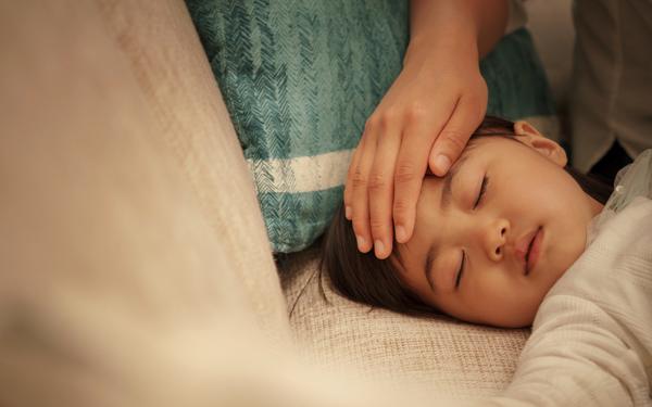 【医師監修】子どもが発熱! 外出の目安や安静にできない子どもとの過ごし方<パパ小児科医の子ども健康事典 第4話>