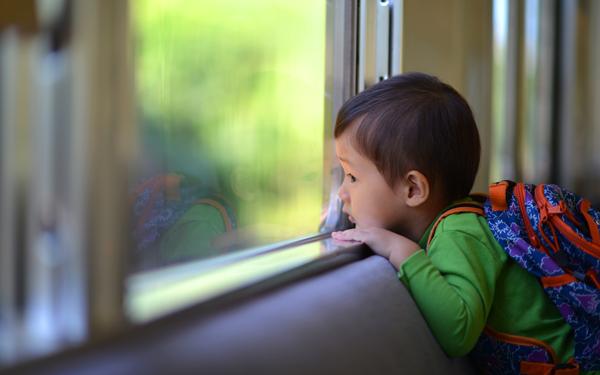 電車やバス、一人で乗るの何歳から? 「中学生」と答える親が●割も!