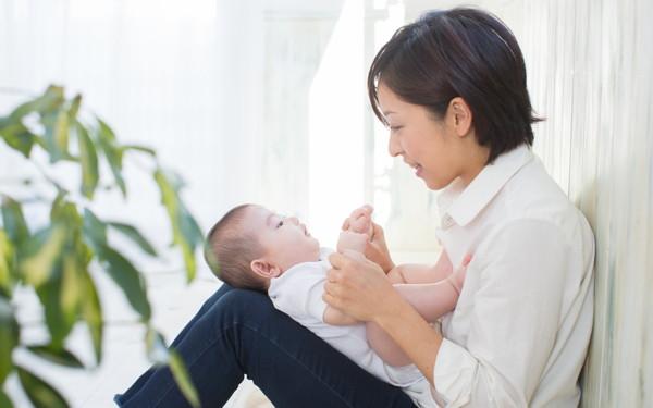 「あふれる子育て情報、ママはどれを信じれば?」悩む前に知っておきたいこと【ママの心が軽くなる「助産師さんの子育てヒント」 第2回】