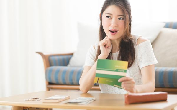 学資保険×口座貯金、子どもの積立どうしてる? 親の切実な懐事情