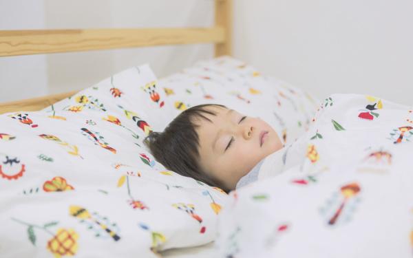 「子どもの寝相はどうして悪い?」子どもの眠りは疑問だらけ