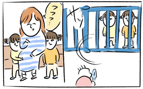 さっとかわして柵の外に逃げる双子の女の子。そしてフフフと笑うママ。