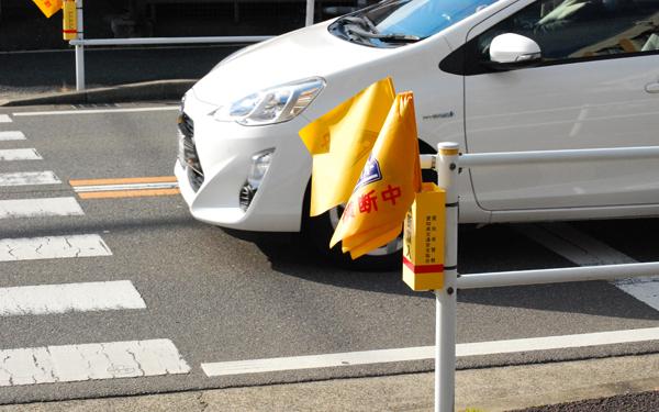 子どもの安全を守るために「停まっている車には近づかない」と教える親が多い