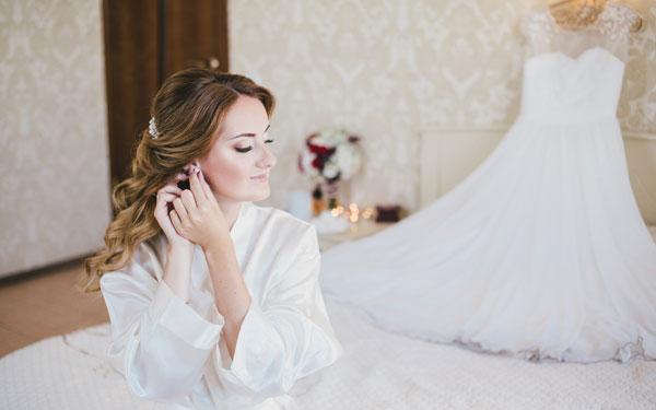 結婚式の身支度を整える女性