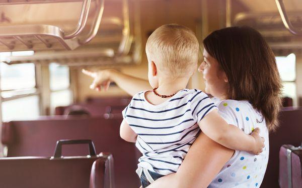 電車に乗るママと子ども
