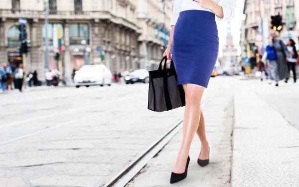 ハイヒールでさっそうと街を歩く女性