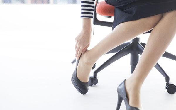 ハイヒールで足が痛そうな女性