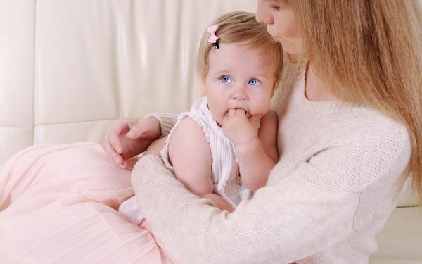 赤ちゃんの人見知りは成長の証! 原因を知ってパパも祖父母もハッピーに