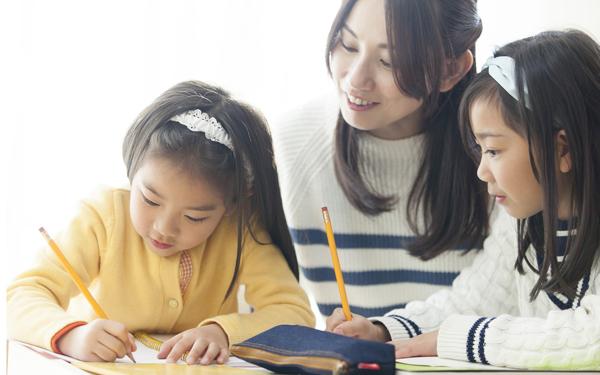 学童保育で英語も? 新1年生ママ必読、公立・民間運営の特徴とメリット