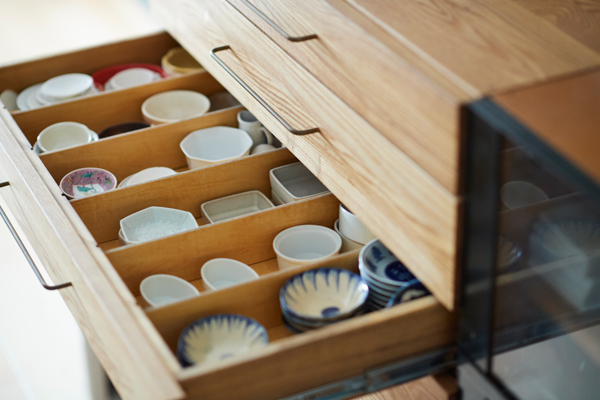 何がどこにあるかわかりやすく、あかりちゃんが一人で小皿とおやつを用意できる食器棚。