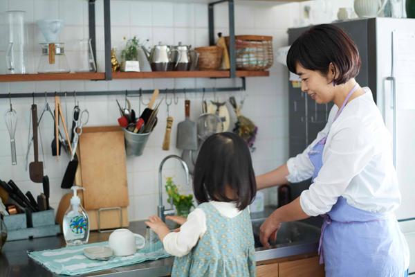 台所に立って、お手伝いをすることも多いという次女のあかりちゃんも、安心して使えます。