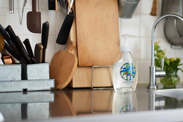 無香料、無着色。洗った後の排水が環境にやさしいのは、料理教室で洗剤をよく使うという近藤さんにもぴったり。 ヤシノミ洗剤 本体(ポンプ付き 500ml/400円)、詰め替え(480ml/270円)