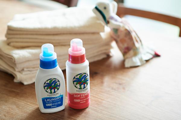 少ない量でも頑固な汚れをしっかり落とし、繊維に余計なものを残さず洗える「ヤシノミ洗たく洗剤」(本体420ml)と、ふんわりなめらかで、しっかり吸水してくれる「ヤシノミ柔軟剤」(380ml) 。※オープン価格