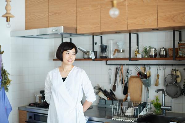 片付けやすく、取り出しやすく、でも味気なくならないことを意識したというキッチンは、立つのが楽しくなる雰囲気。