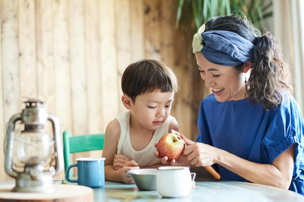 この日初めてのりんごの皮むきに、有禮くんは興味津々。好きな事には集中できるそう
