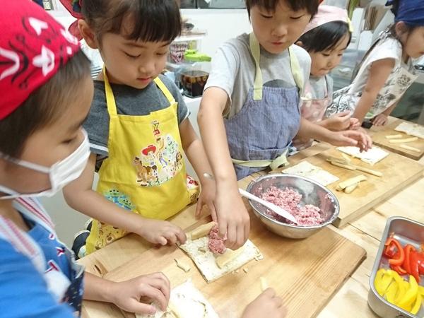 江口さんが主宰する、子ども料理教室の様子。お母さんと離れられて、コミュニケーションが取れれば参加が可能 (c)keiko eguchi