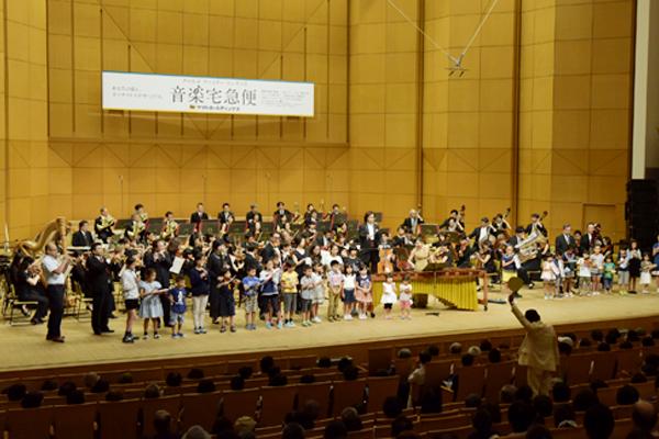 クロネコヤマトのヤマトホールディングスが主催する、本格オーケストラが楽しめるクラシックコンサート、音楽宅急便「ファミリーコンサート」。もうひとつの魅力は、子どもたちが参加できること。今回の東京公演では「ぼくもわたしもクロネコ音楽隊!」でしたが、会場によっては指揮者体験ができる「君もマエストロ」というお楽しみも。