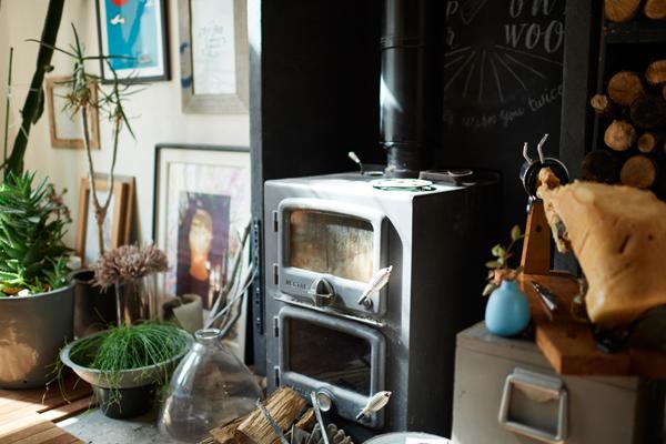 リビングには薪ストーブがあり、とても暖か