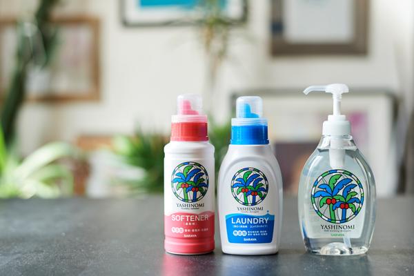 環境と人権に配慮して生産された、認証植物油を採用。必要以上使わずに、しっかりとした洗浄力も実現。右から、ヤシノミ洗剤、ヤシノミ洗濯洗剤、ヤシノミ柔軟剤