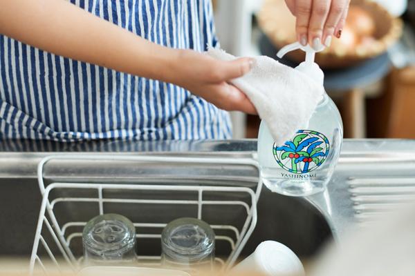 無香料、無着色。食器に洗剤の香りうつりがなく、匂いに敏感な伊藤さんにも安心して使えます。本体(ポンプ付き 500ml/400円)、詰め替え(480ml/270円)