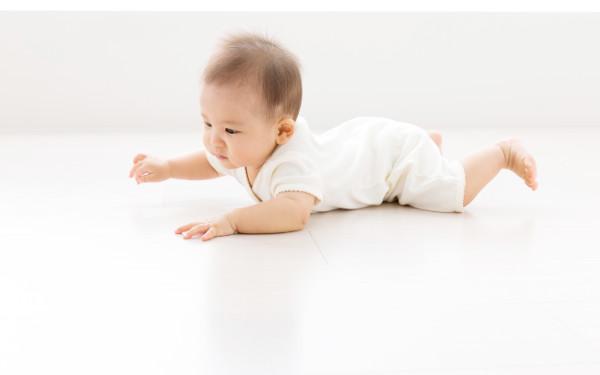 あんよバタバタ、寝返り・ハイハイ など動きが活発になってきた赤ちゃんのお世話のポイントは? 44万フォロワーを誇る「てぃ先生」に聞きました!