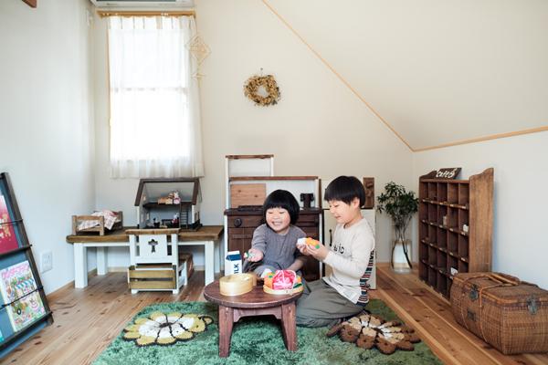 2階にある子ども部屋。おじいちゃんが作った家具やおもちゃに囲まれて楽しそう。