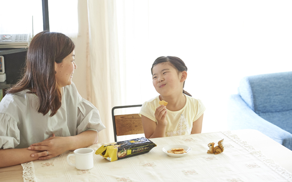小2の次女のお気に入りは「チーズクラッカー」。国内産小麦を使用しているのでおやつにも安心です。あと引く美味しさで、子どもたちがあっという間に食べてしまいます。