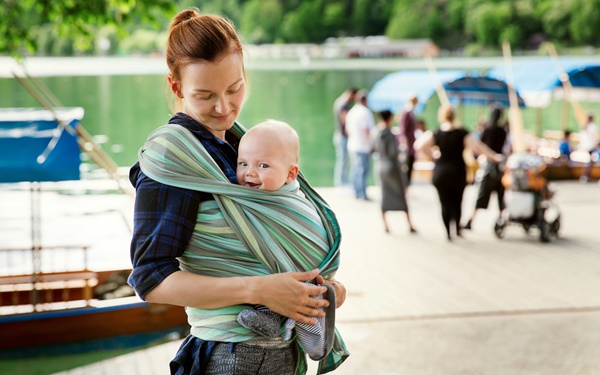 おすすめメーカーも紹介! 赤ちゃんを支えるスリングの特徴・種類・選び方