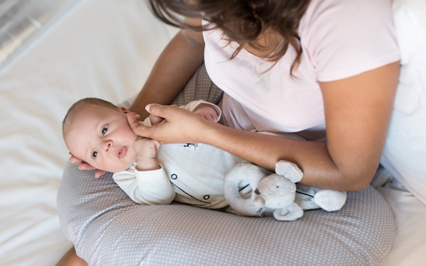 授乳クッション人気のおすすめ15選【抱き枕や携帯できるアイテムも!】