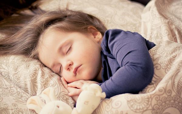 子ども用枕は何歳から使い始める?適切な枕選びとおすすめ商品を紹介