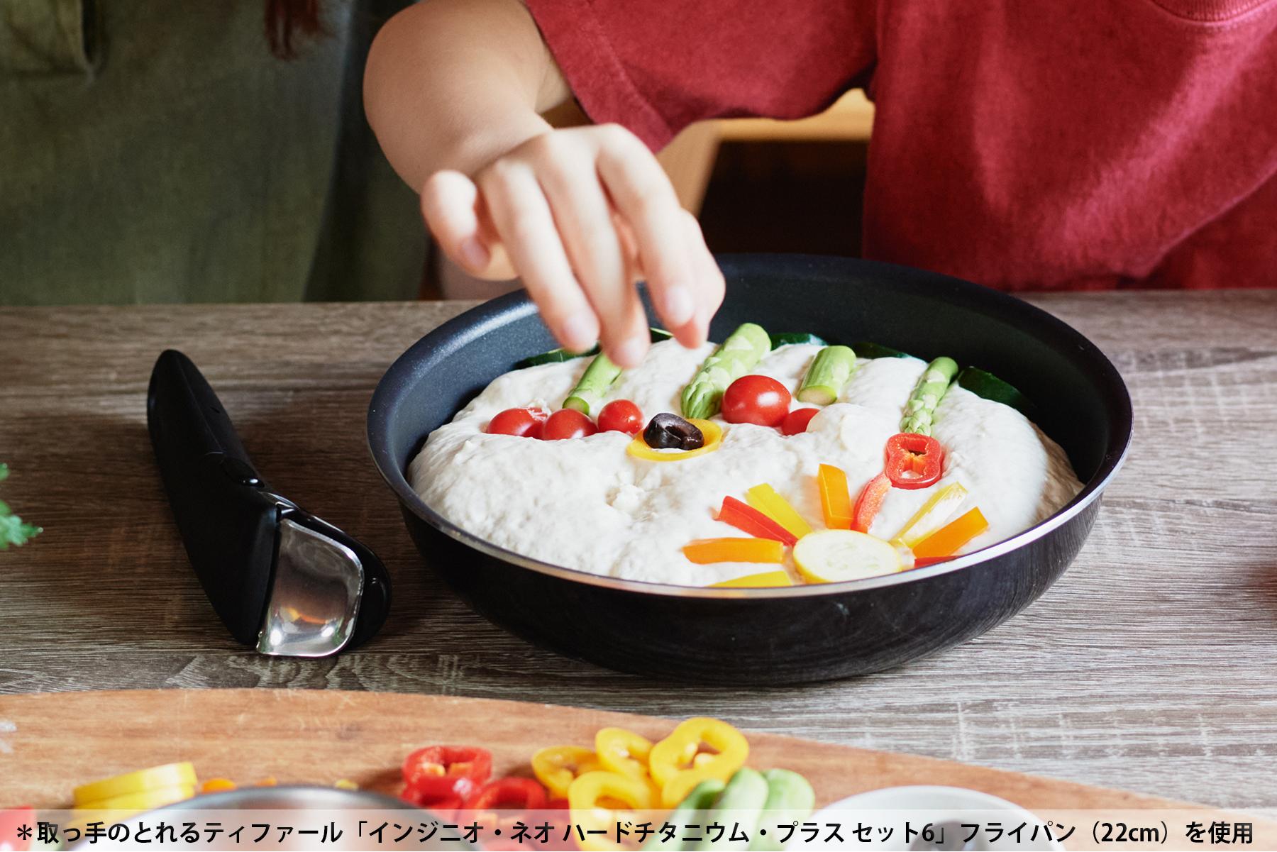 生地の上に野菜をのせて。軽く押さえるだけで生地の粘りで野菜を固定できます取っ手のとれるティファール「インジニオ・ネオ ハードチタニウム・プラス セット6」フライパン(22cm)を使用