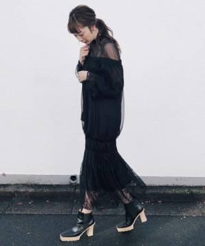 シースルーの黒のワンピースを着る女性