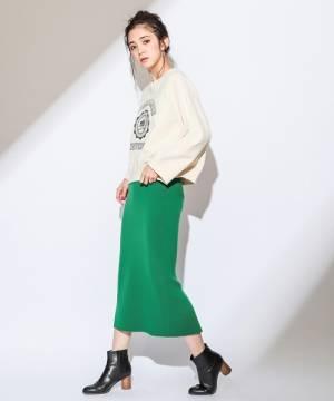 白のロゴスウェットにグリーンのニットタイトスカートのコーデ