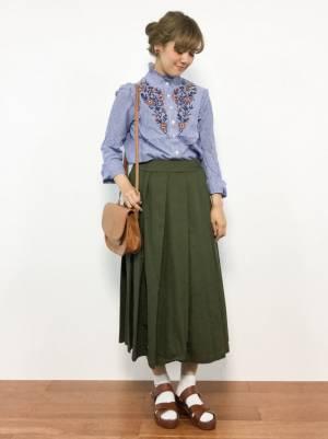 カーキチノスカートと花刺繍ブラウスの春コーデ
