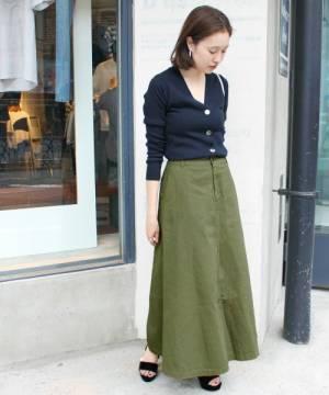 カーキチノスカートと紺カーディガンの春コーデ