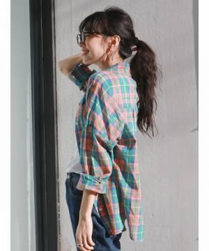 マドラスチェックのシャツにカットソー×デニムパンツのコーデ